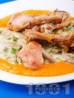 Пилешки бутчета с гъби кладница в сос от тиква, прясно мляко, бяло вино и сметана на фурна - снимка на рецептата